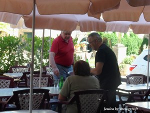 En terrasse, Guy sert les touristes de passage, les habitués. Une halte qui permet de s'assoire et d'admirer l'une des plus grande bastide de France.