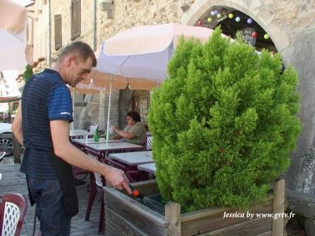 au vu des chaleurs, il n'y a pas que les clients qui ont soif. Un arrosage en bonne et due forme s'impose pour les arbustes qui ornent la terrasse.