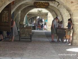 Une bijouterie dans un écrin qui s'appelle le Baladin. Stéphanie et Didier vous accueillent dans une boutique qui invite aux voyages. Toutes les parures, colliers, bracelets, pierres, sont créés à la boutique même.